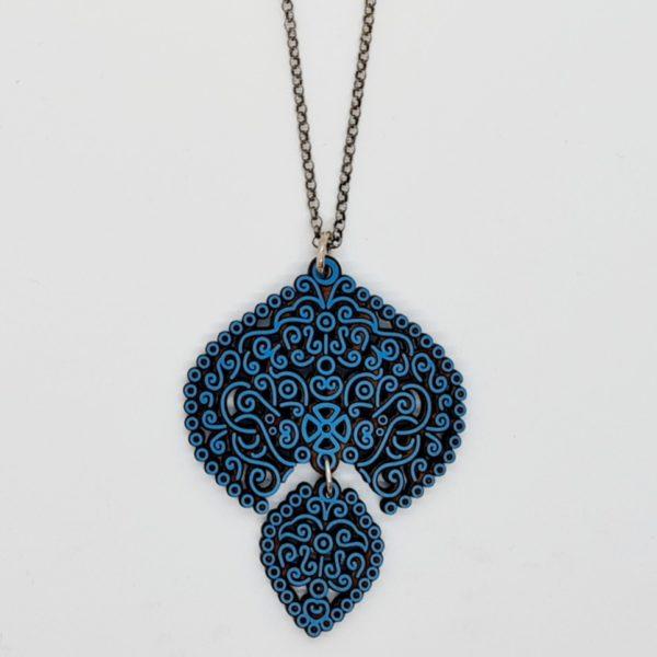 Colgante filigrana en madeira azul. 70cm